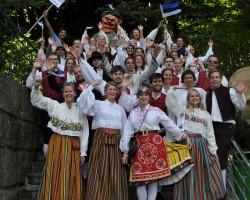 Vox Populi rahvarõivais Freamunde Rahvusvahelise koorikonkursi rongkäigus (2012. a juuli)