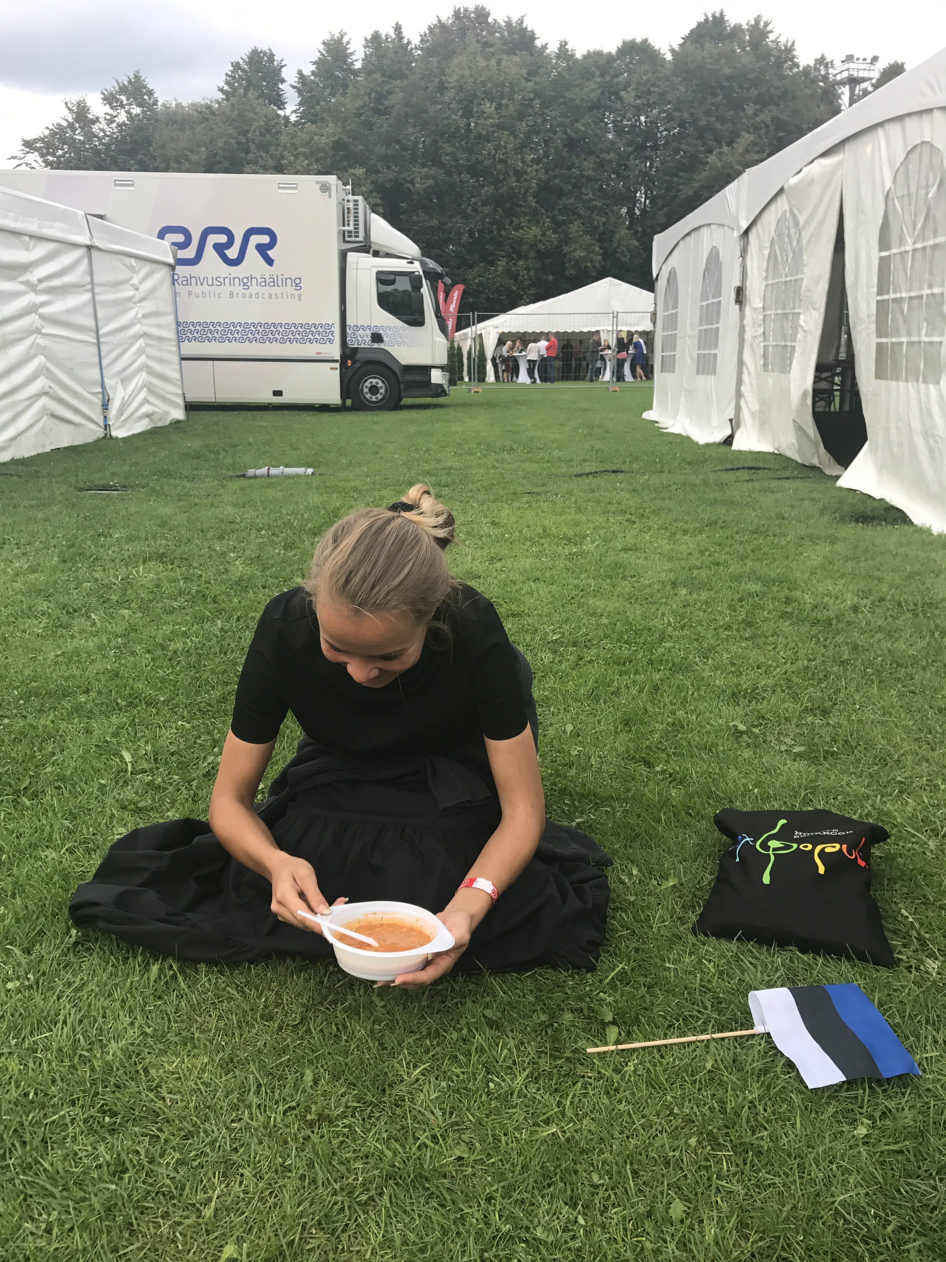 Voxi laulja suppi söömas proovi vaheajal